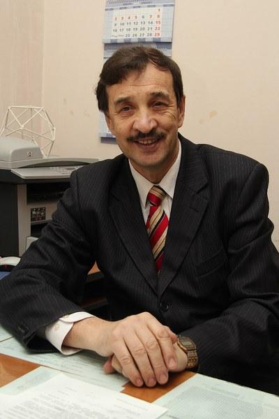 Зав кафедрой алгебры и геометрии КГПУ им. В.П. Астафьева, профессор В.Р. Майер