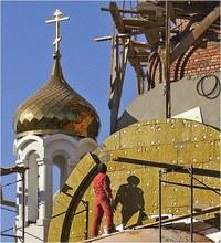 строит храма