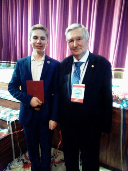 Президент исторического факультета МГУ С.П. Карпов и десятиклассник С. Визавитин
