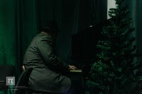 За фортепиано Михаил Синдеев