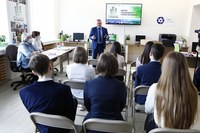 прфессор С.Н. Ценюга выступает перед школьниками г. зеленогорска