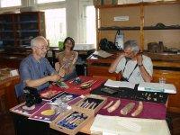 Председатель ассоциации археологов Японии Акира Секия и доктор антропологии И. Свобода (США) в ходе работ с археологическим материалом в лаборатории а